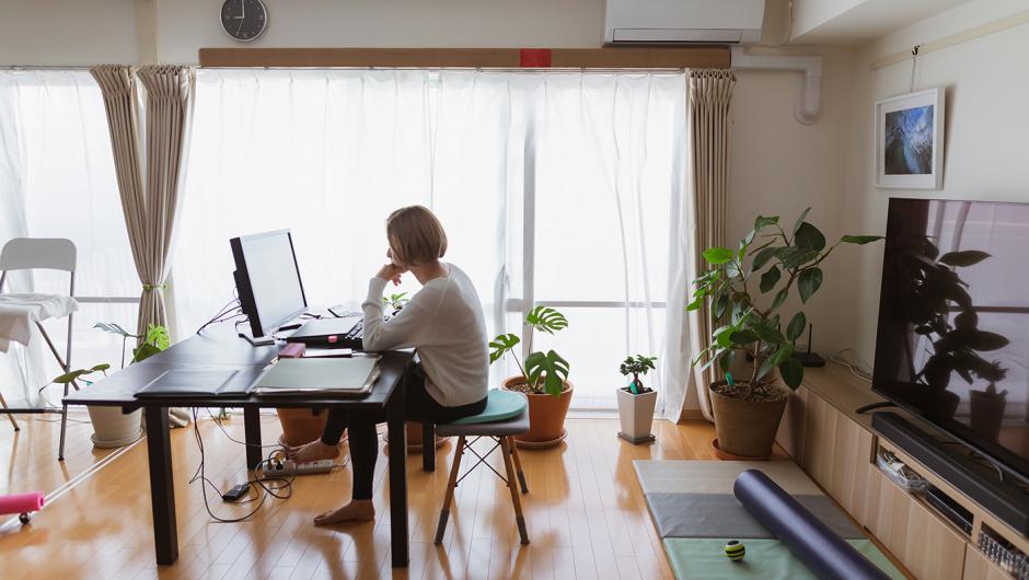 Los hombres en el despacho y las mujeres en la mesa del salón: cómo el teletrabajo ha evidenciado la desigualdad